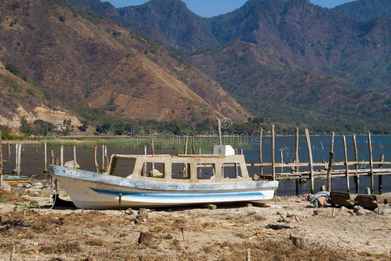 Verlassenes Boot auf Seeufer stockfotos