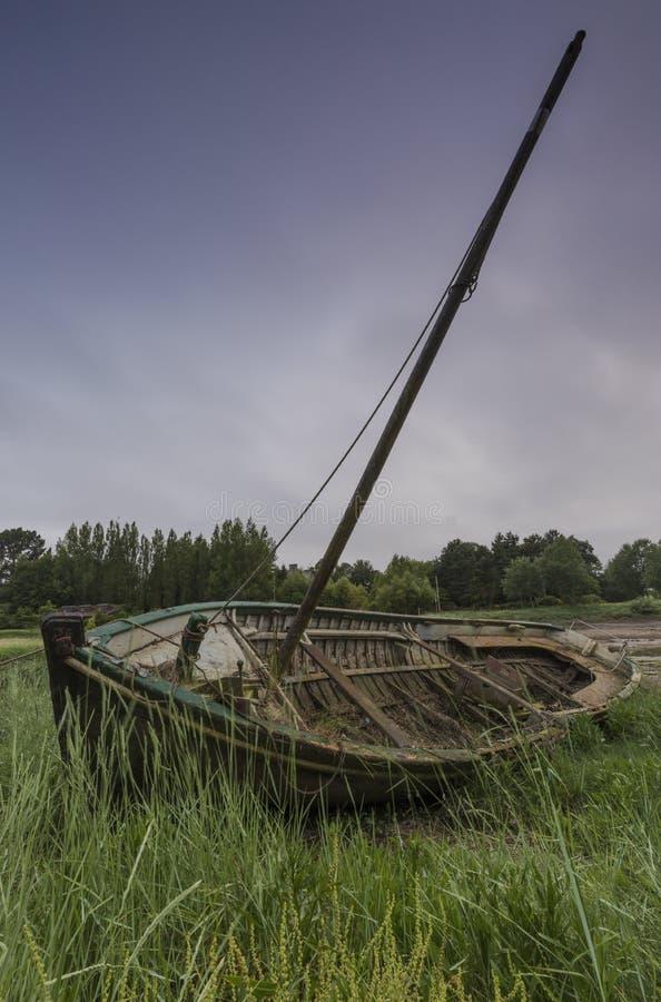 Verlassenes Boot in der Bürste stockfoto