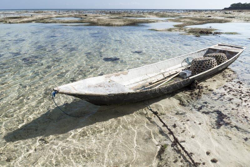 Verlassenes Boot an der Seegrasplantage, Nusa Lembongan, Bali, Indonesien stockbild