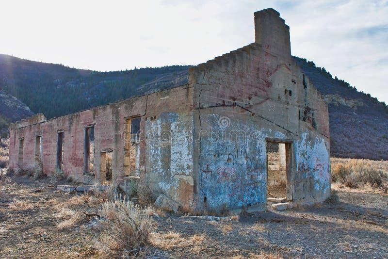 Verlassenes Eisenbahn-Gebäude auf Baxter Pass stockfotografie