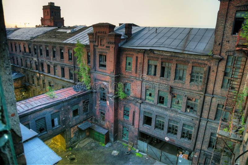 Verlassenes Fabrik-rotes Dreieck, St Petersburg, Russland Standort der Schmierfilmbildung stockbild