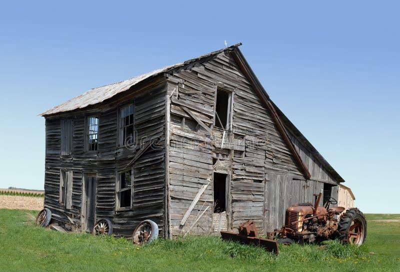 Verlassenes Gebäude und Traktor lizenzfreie stockfotos