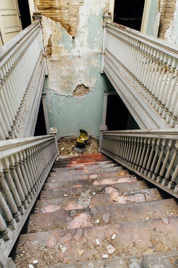 Verlassenes Gebäude - zentraler Treppenhausschacht - Rost-Gurt - Youngstown, Ohio stockbild