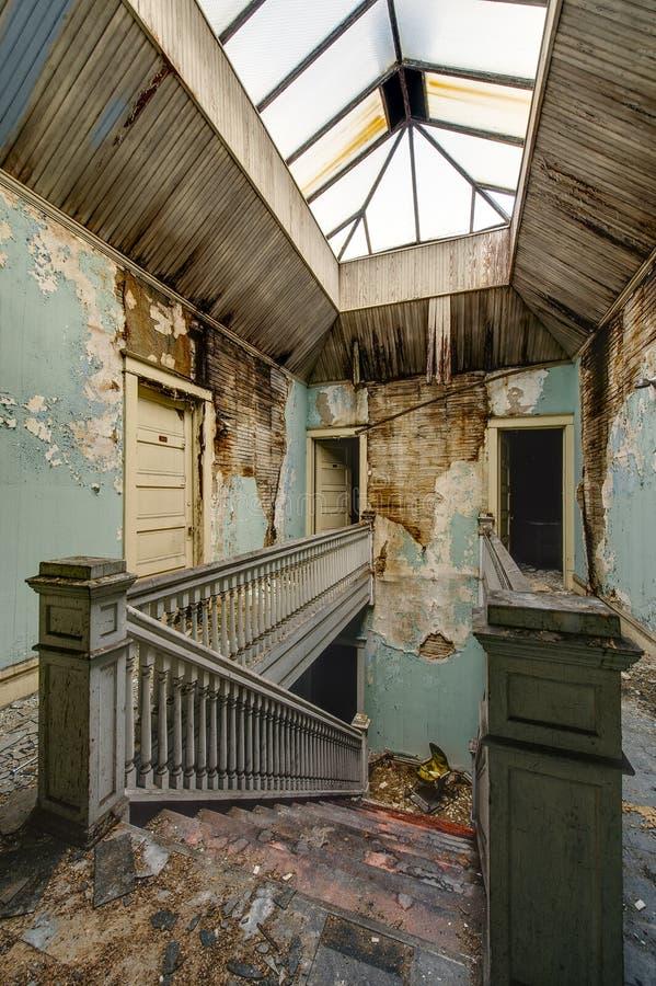 Verlassenes Gebäude - zentrales Oberlicht und Treppenhausschacht - Rost-Gurt - Youngstown, Ohio lizenzfreies stockfoto