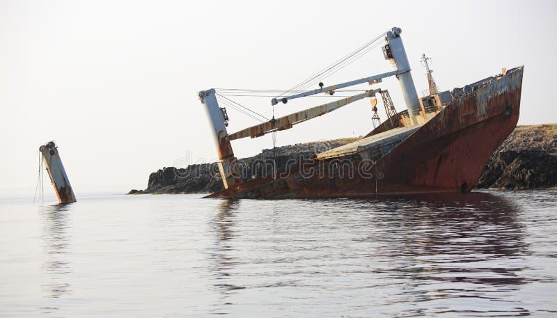 Verlassenes gebrochenes Schiffswrack lizenzfreies stockfoto