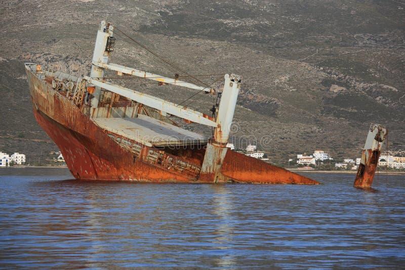 Verlassenes gebrochenes Schiffswrack stockbild