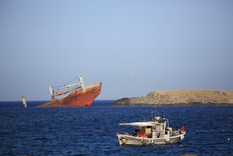 Verlassenes gebrochenes Schiffswrack lizenzfreie stockbilder