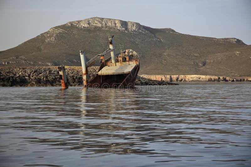 Verlassenes gebrochenes Schiffswrack stockfoto