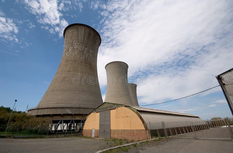 Verlassenes Geothermic Kraftwerk stockfoto