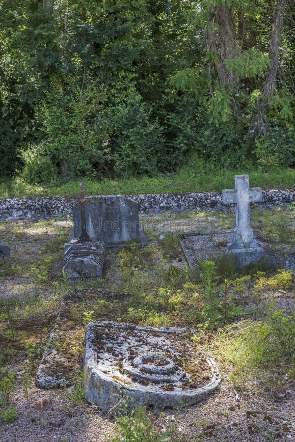 Verlassenes Grab in einem alten Dorfkirchhof in der französischen Landschaft stockfoto
