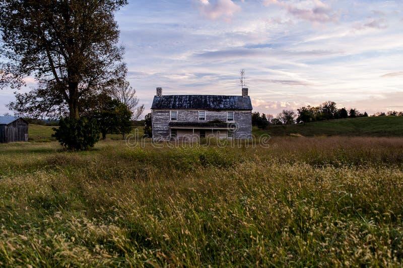 Verlassenes Gutshaus bei Sonnenuntergang - Kentucky stockfotos
