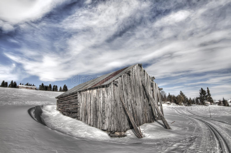 Verlassenes Haus in der Winterlandschaft in Norwegen stockfotos