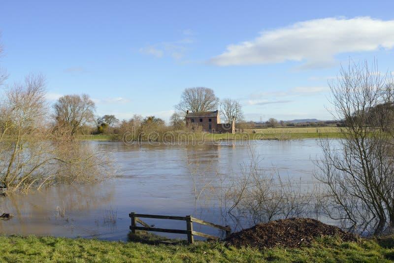 Verlassenes Haus durch Fluss Severn stockfotos