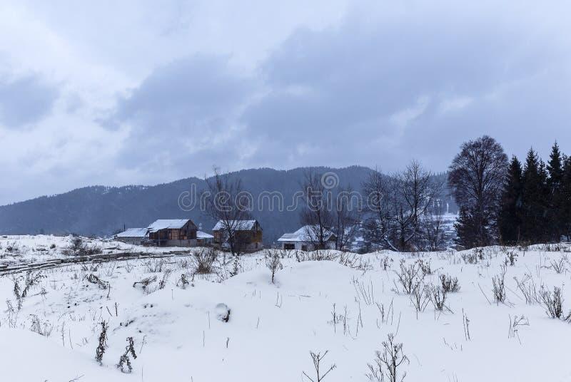 Verlassenes Haus im Dorf von Bakuriani lizenzfreie stockbilder