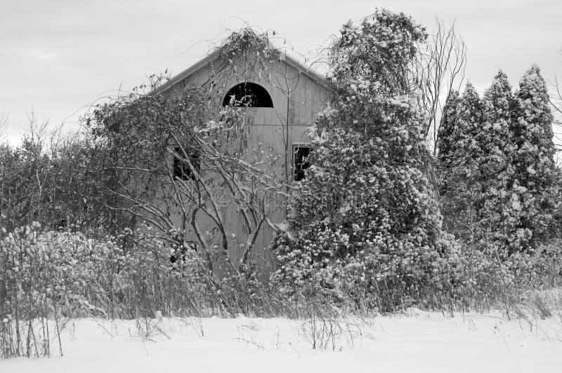 Verlassenes Haus im Schnee stockbild