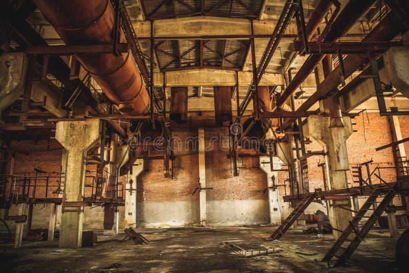 Verlassenes industrielles gruseliges Lager innerhalb des alten dunklen Schmutzfabrikgebäudes lizenzfreie stockfotografie