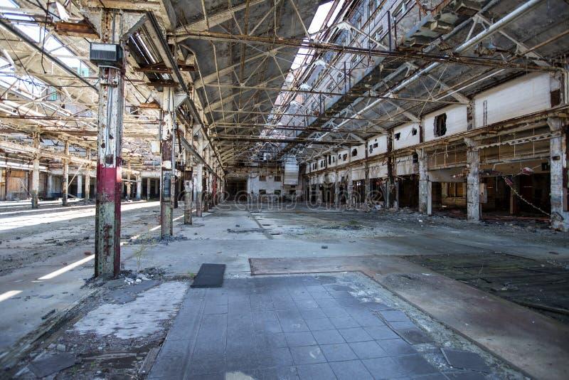 Verlassenes industrielles Lager stockfoto