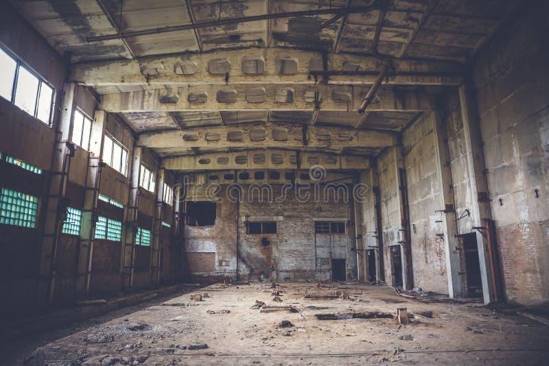 Verlassenes industrielles Lager auf ruinierter Ziegelsteinfabrik, gruseliger Innenraum, Perspektive lizenzfreie stockfotos