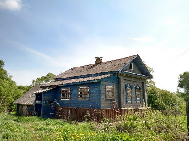 Verlassenes Landhaus lizenzfreie stockbilder