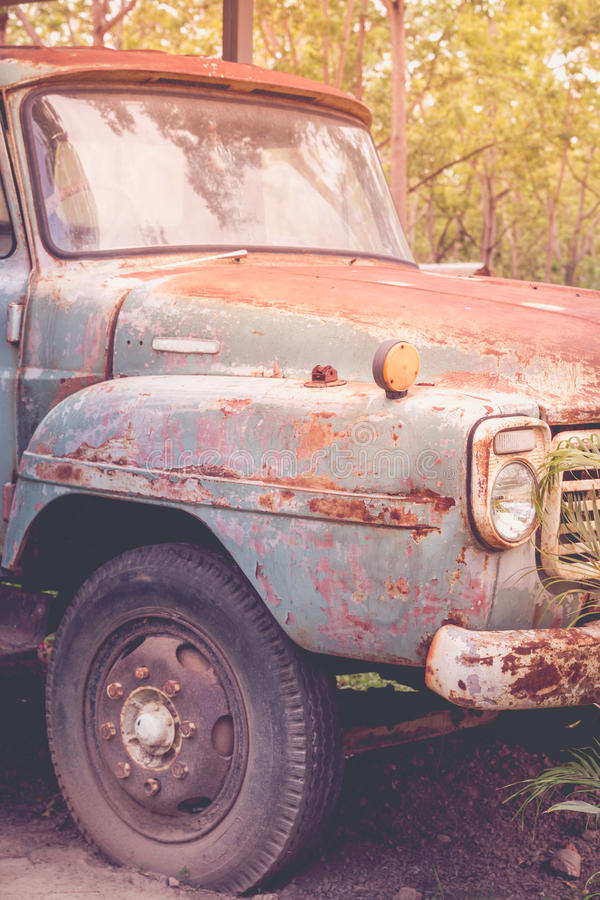 Verlassenes Motor- altes rostiges Auto in grünem Waldweinlesebild s lizenzfreies stockfoto