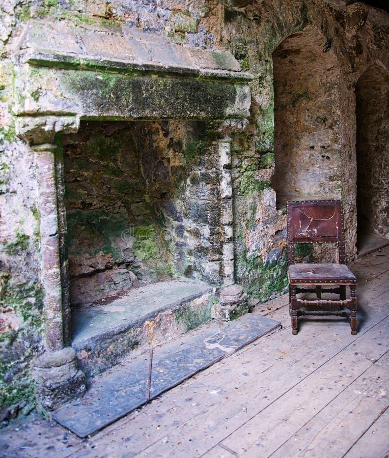 Verlassenes Raum Trematon-Schloss lizenzfreie stockfotografie