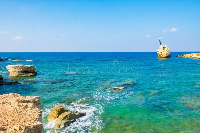 Verlassenes rostiges Schiffswrack EDRO III in Pegeia, Paphos, Zypern lizenzfreie stockbilder