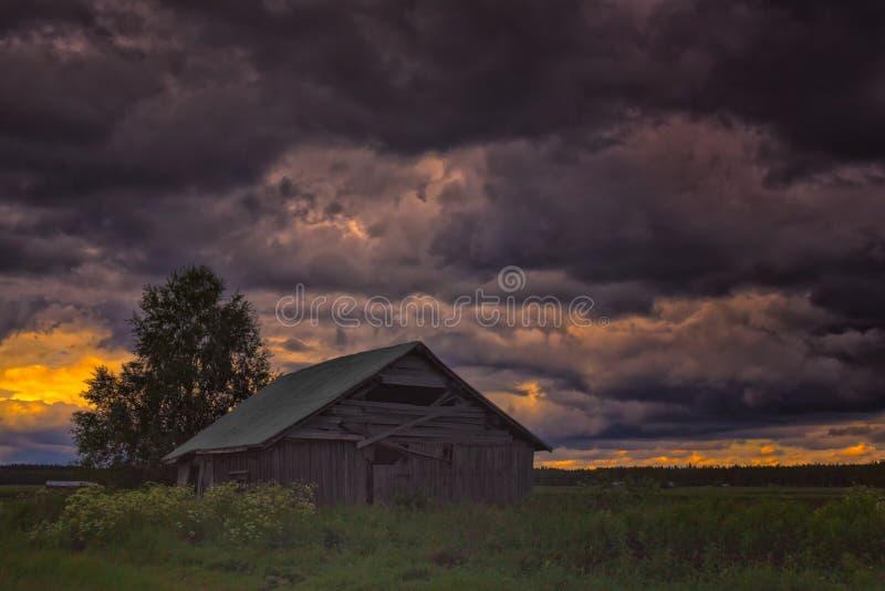 Verlassenes Scheunen-Haus unter den Sturm-Wolken stockfoto