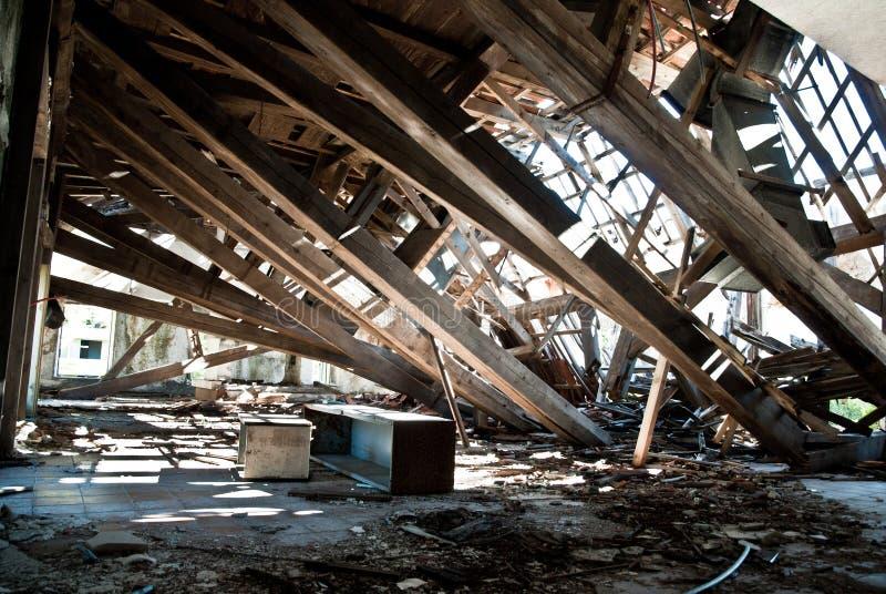 Verlassenes schmutziges demoliertes Gebäude, eins von Hotels in Kupari COM stockfotos