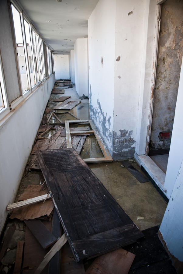 Verlassenes schmutziges demoliertes Gebäude, eins von Hotels in Kupari COM stockbilder