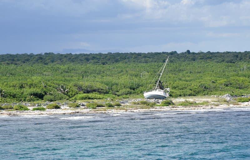 Verlassenes Segel-Boot auf mexikanischer Küste stockbild