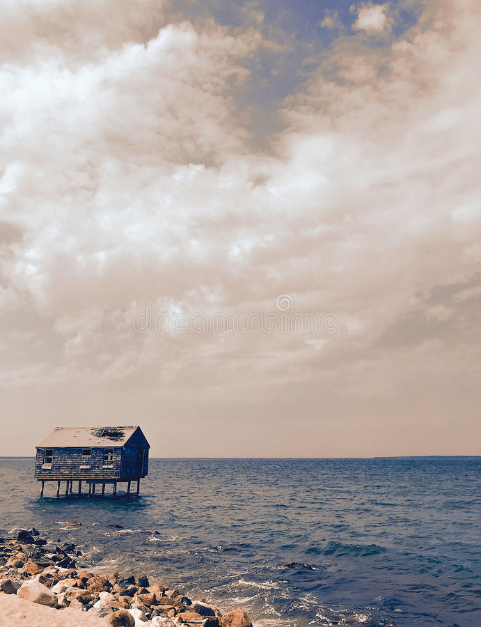 Verlassenes Stelzenhaus im Meer lizenzfreies stockfoto