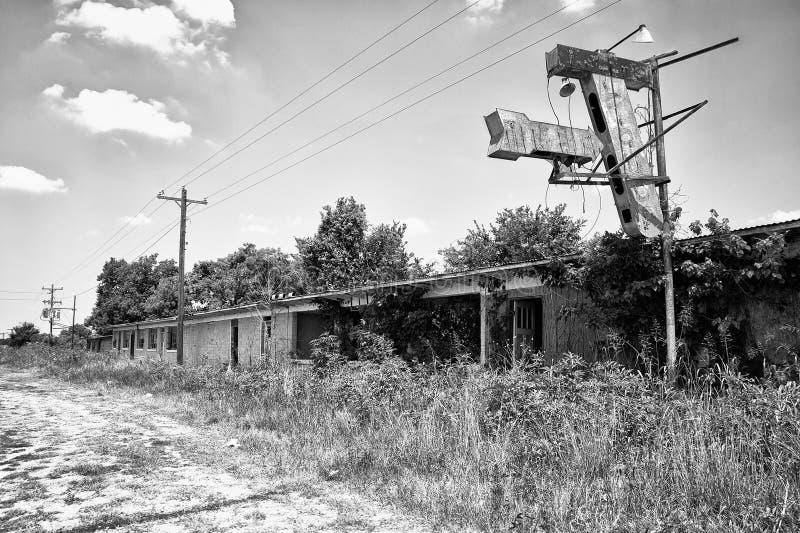 Verlassenes Straßenrand-Motel und Zeichen lizenzfreies stockbild