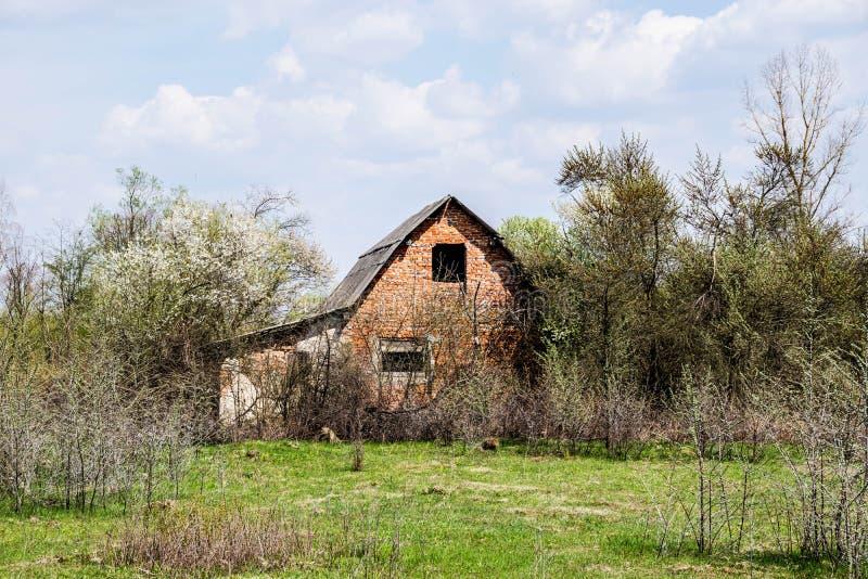 Verlassenes unfertiges Backsteinhaus stockbild