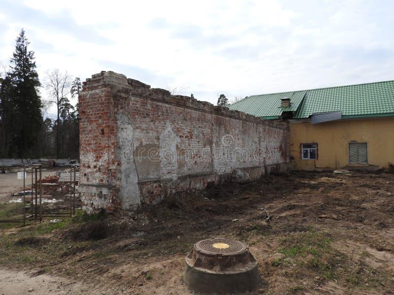 Verlassenes zerstörtes Ziegelsteinzaunhaus im kleinen russischen Dorf von Nikolo Pustyn Berlyukovsky stockfoto