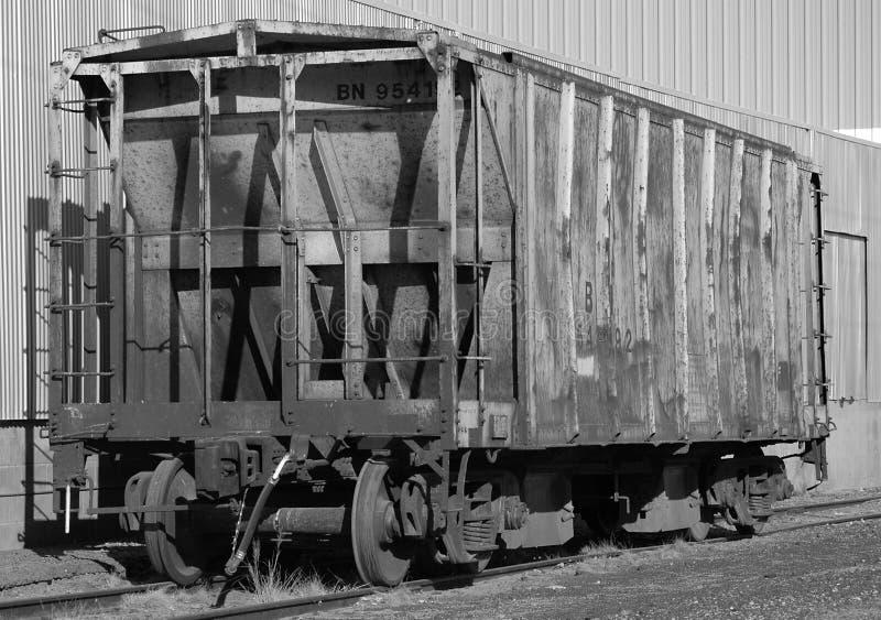 Verlassenes Zufuhrbehälter-Schienen-Auto stockfotografie