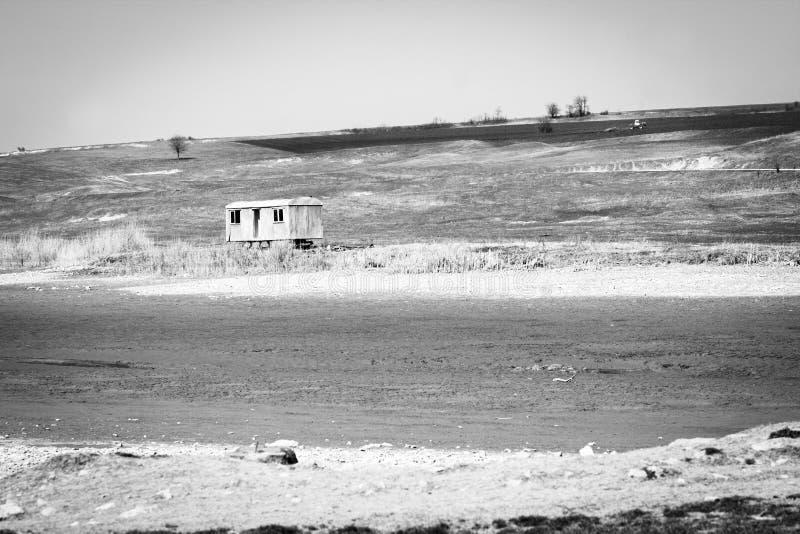 Verlaten aanhangwagen of caravan op een droog meerbed, Bulgarije stock foto