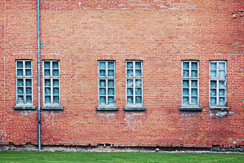 Verlaten architectuurachtergrond met bakstenen muur en vensters stock foto's