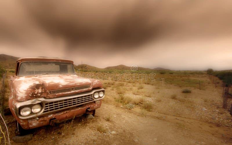 Verlaten auto in de woestijn royalty-vrije stock afbeelding