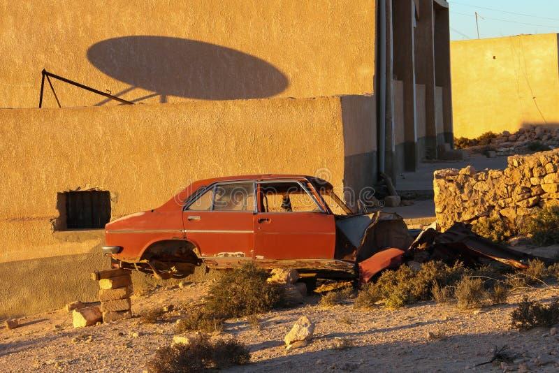 Verlaten auto op bakstenen royalty-vrije stock foto's