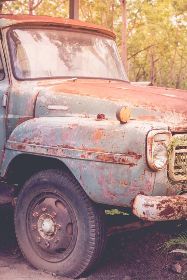 Verlaten Auto - Oude roestige auto in groen bos Uitstekend beeld s royalty-vrije stock foto