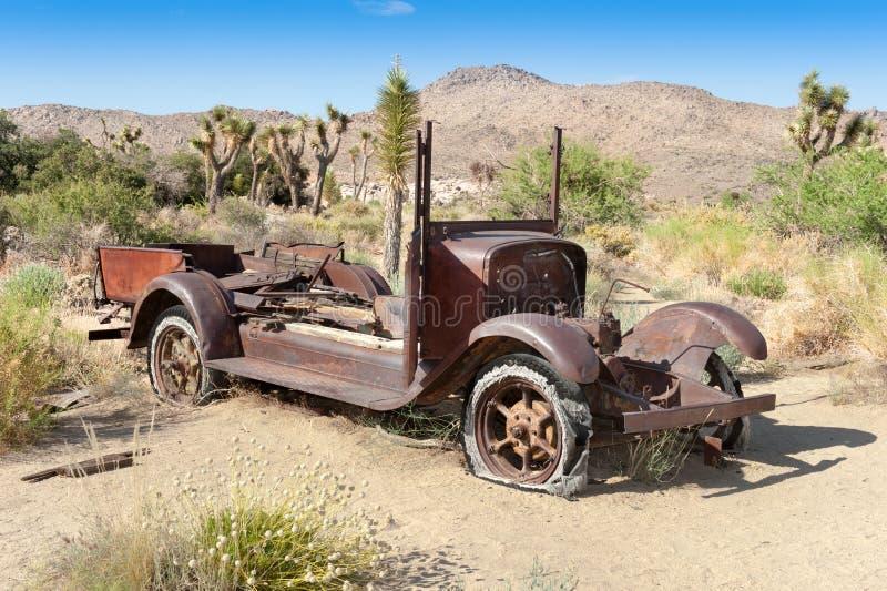 Verlaten auto in woestijn stock fotografie