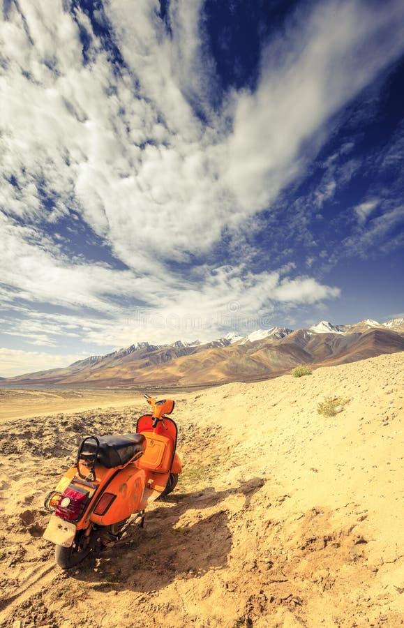 Verlaten autoped in Himalayagebergte stock afbeeldingen
