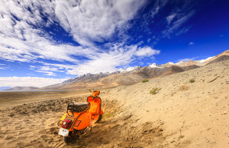 Verlaten autoped in Himalayagebergte royalty-vrije stock foto's