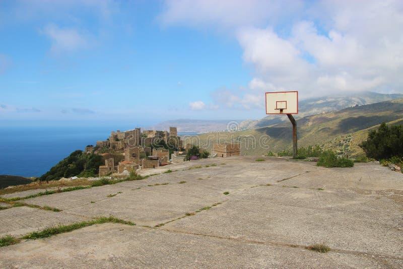 Verlaten Basketbalhof en hoepel boven de beroemde geruïneerde stad Vathia, de Peloponnesus, Griekenland stock afbeeldingen
