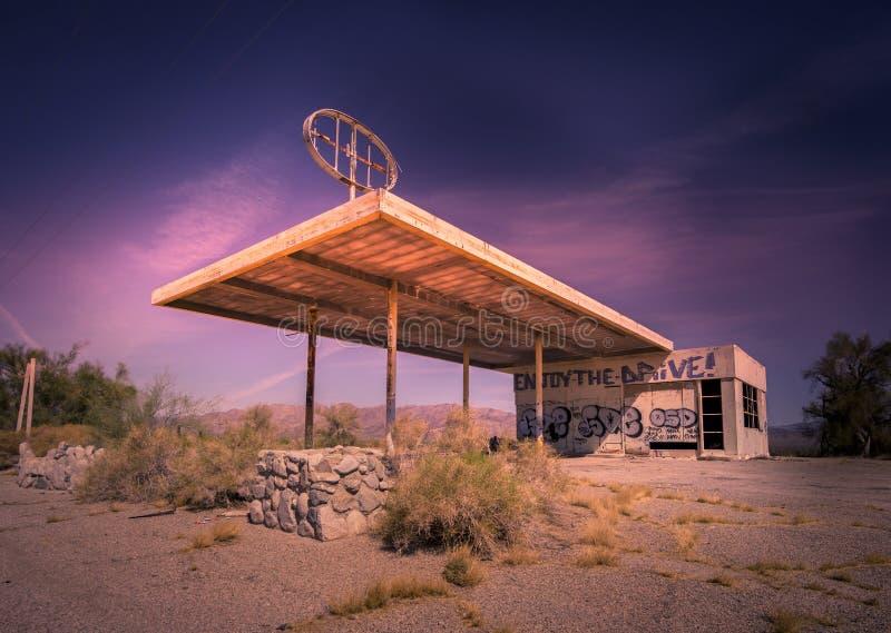 Verlaten benzinestation op de grens van Arizona en Californië, stock foto