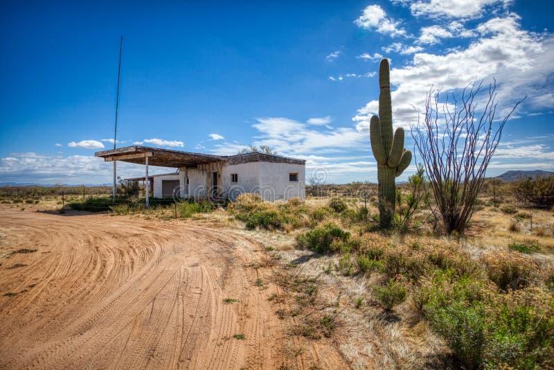 Verlaten benzinestation in ruïnes in de woestijn van Arizona stock afbeelding