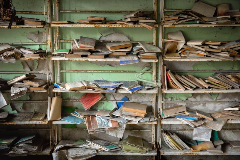 Verlaten boekhandel met plankenhoogtepunt van versleten boeken royalty-vrije stock afbeeldingen