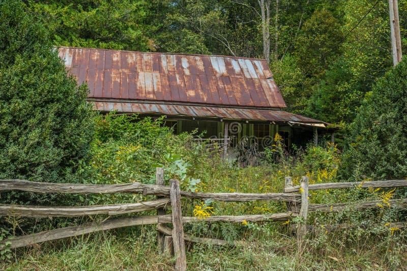 Verlaten boerderij in de bergen stock fotografie