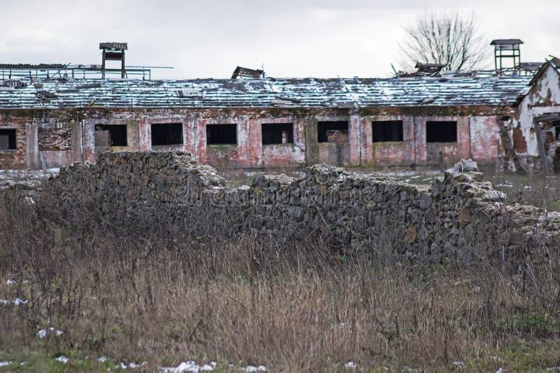 Verlaten boerderij dichtbij kasteelruïnes royalty-vrije stock fotografie