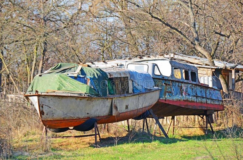 Verlaten boot in het bos stock afbeeldingen